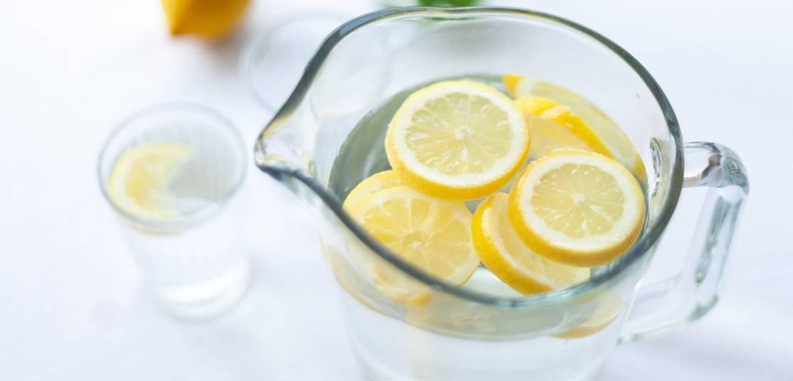 ①朝目覚めたら、コップ1杯の水を